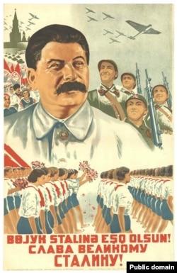 پوستر تبلیغاتی شوروی در سال ۱۹۳۷ که در زیرش به زبانهای آذربایجانی و روسی نوشته است: زنده باد استالین!