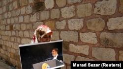 Žena nosi fotografiju preminulog bivšeg egipatskog predsednika Mohameda Morsija, ilustrativna fotografija