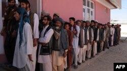 Афганские мужчины стоят в очереди, чтобы получить регистрационные карточки избирателей. Газни, 17 сентября 2013 года.