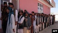 Афганские мужчины стоят в очереди за удостоверением для голосования. Газни, 17 сентября 2013 года.