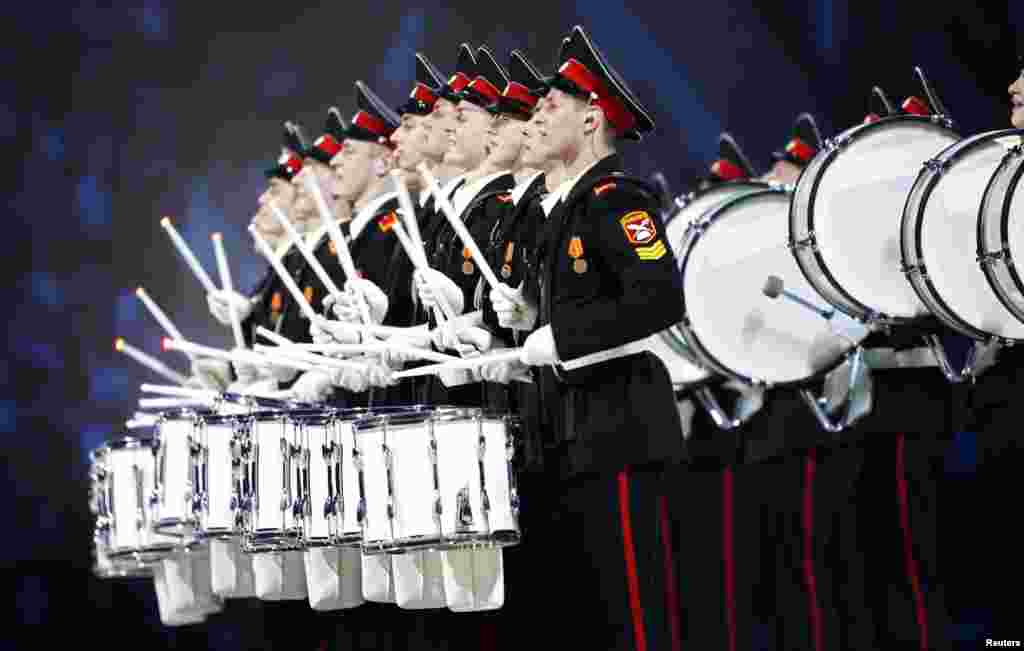 Military musicians take part in the closing ceremony. (Reuters/Lucy Nicholson)