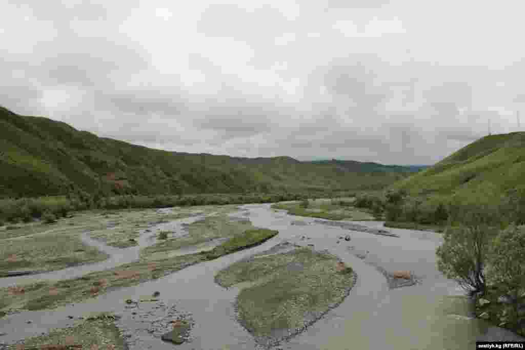 Река Нарын разделяет горы на два берега. Мраморный оттенок воды говорит о суровом нраве
