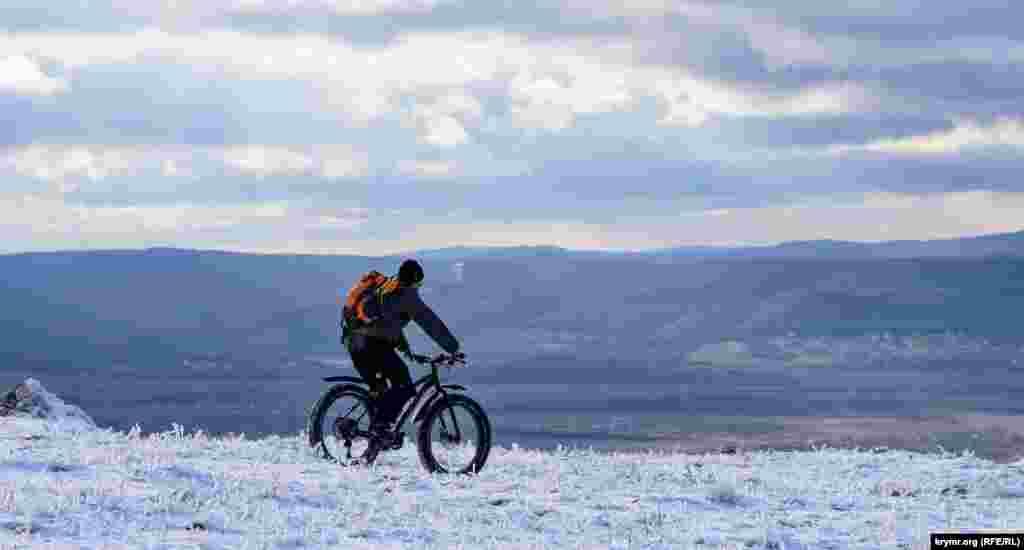 Велосипедист над Кизил-Коба