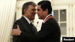 Президент Турции Абдулла Гюль (слева) и президент Туркменистана Гурбангулы Бердымухамедов во время церемонии в президентском дворце в Анкаре, февраль 2012 года.