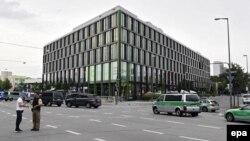 Қарулы шабуыл болған сауда орталығы жанындағы полиция қызметкерлері. Мюнхен, 22 шілде 2016 жыл.