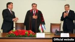Эмомали Рахмон (в центре) в Уфимском государственном университете. 8 июля 2015 года.