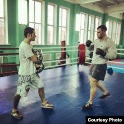Ільля Валавік (зьлева) займаецца тайскім боксам, архіўнае фота