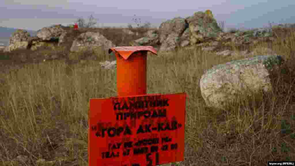 У 2017 році знамените плато по периметру «обклали» ось такими металевими табличками