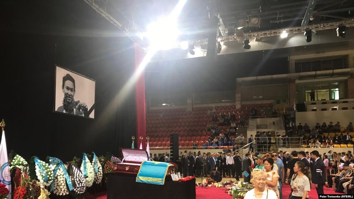Проститься с Денисом Теном в Алматы пришли десятки тысяч горожан