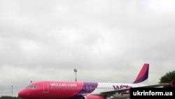 """Перший рейс нової для України бюджетної авіакомпанії """"Візз Ейр Україна"""" на новому літаку Airbus A320 відбув сьогодні вранці з міжнародного аеропорту «Бориспіль» за маршрутом Київ-Сімферополь"""