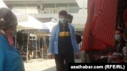 Люди в масках на рынке в Ашгабате. Ноябрь 2020 года.