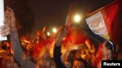 Участники акций протеста в Каире радуются заявлению об отставке президента Мубарака, 11 февраля 2011 г