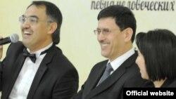 Сурат Минҳожиддин Мирзо (ўртада) Фонд Форум тадбирида иштирок этаётган пайти олинган