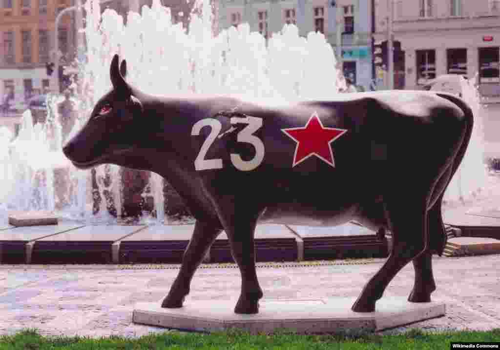 Фигурка коровы, пародирующая памятник советскому танку. Прага, лето 2004 года.