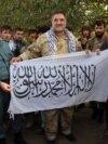 """Военные армии Афганистана показывают флаг, оставленный боевиками """"Талибана"""""""