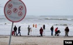 Жители Калининградской области собирают на берегу янтарь, выброшенный штормом. Но в Балтике, увы, плавает не только янтарь