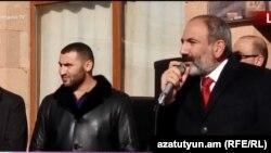 И. о. премьер-министра Армении Никол Пашинян выступает на площади в городе Мартуни Гегаркуникской области, 19 ноября 2018 г.
