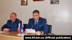 Начальник новосибирской ИК-2 Артем Евсеенко (справа)