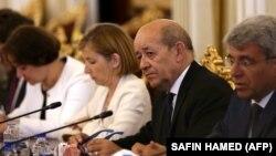 Міністр закордонних справ Франції Жан-Ів Ле Дріан (другий праворуч) і міністерка оборони Флоренс Парлі відбули до Москви 9 вересня