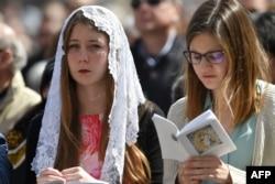 Девушки-католички на пасхальной мессе в Ватикане перед папой Франциском. 1 апреля 2018 года