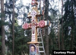 У Курапатах усталявалі крыж у памяць Вацлава Ластоўскага. Фота з сайту http://www.istpravda.ru/