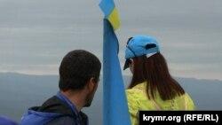Национальный флаг крымских татар в День памяти жертв депортации был водружен в Крыму на горе Чатыр-Даг