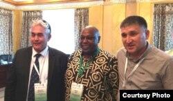 Специальный докладчик ООН Майна Киаи (в центре) с участниками конференции. Акмолинская область, 23 августа 2015 года.