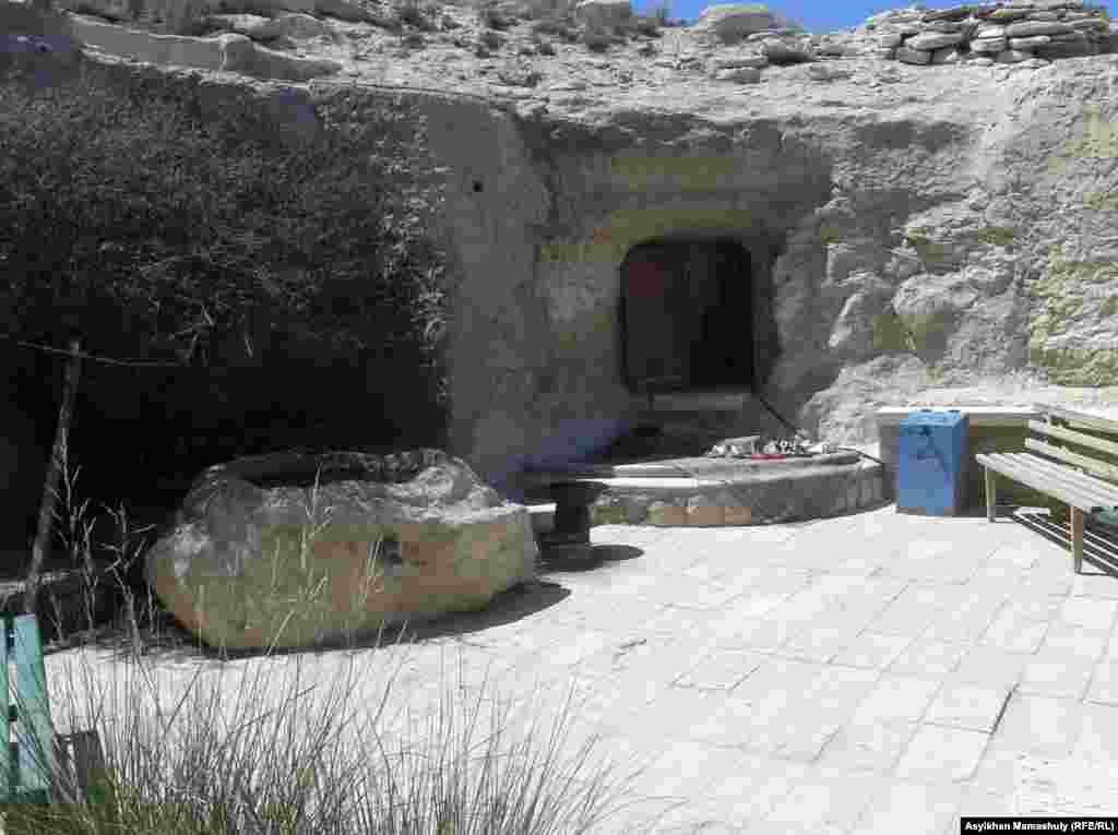 Место, где похоронены Шопан-ата и его дочь. По некоторым преданиям, Шопан-ата был последователем Ходжи Ахмета Яссауи.