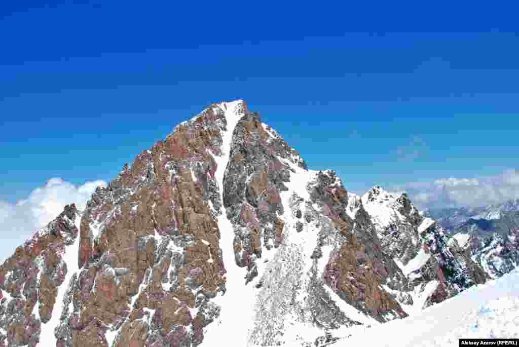 """Комсомол-Нұрсұлтан шыңы. Биіктігі - 4376 метр. Жергілікті альпинистер алғаш бағындырған, қалаға көрініп тұрған шыңдардың бірі. Оған бірінші болып 1929 жылы мектеп мұғалімі Григорий Белоглазов шыққан. 1935 жылы тұңғыш рет жалпыхалықтық альпиниада ұйымдастырылып, шыңға """"Комсомол"""" аты берілді. Шыңды қазір """"Нұрсұлтан шыңы"""" деп те атайды. Оны президент атымен атау туралы ұсыныс жоғары жақтан түссе де, ресми түрде бекітілмеген. Жыл сайын шілденің алғашқы жексенбісінде альпиниада өтеді. Ұйымдастырушылар алпиниада өтетін күнді жазғы маусымның басталуымен байланыстырады. Бірақ бәрі алпиниаданың президент Нұрсұлтан Назарбаевтың туған күніне орай ұйымдастырылған шара екенін біледі. Алматы облысы, 5 шілде 2009 жыл"""