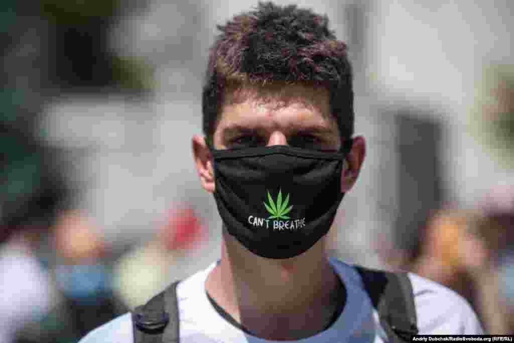 «Конопляна» маска одного з учасників мітингу