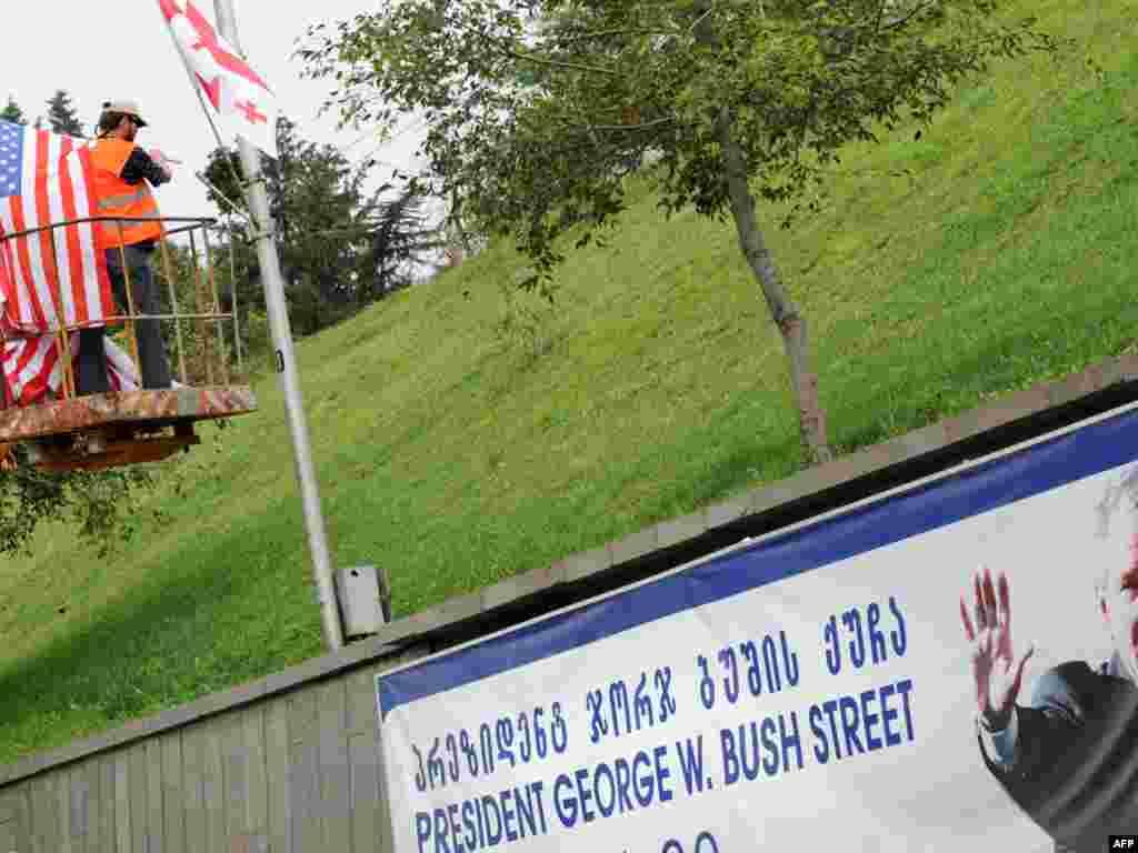 Установка американских флагов на улице Джорджа Буша в Тбилиси в преддверии визита вице-президента США Джозефа Байдена