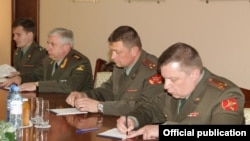 Armenia -- Colonel-General Aleksandr Postnikov (second from left), commander of Russian ground forces, meets with Defense Minister Seyran Ohanian, 1Apr2011.