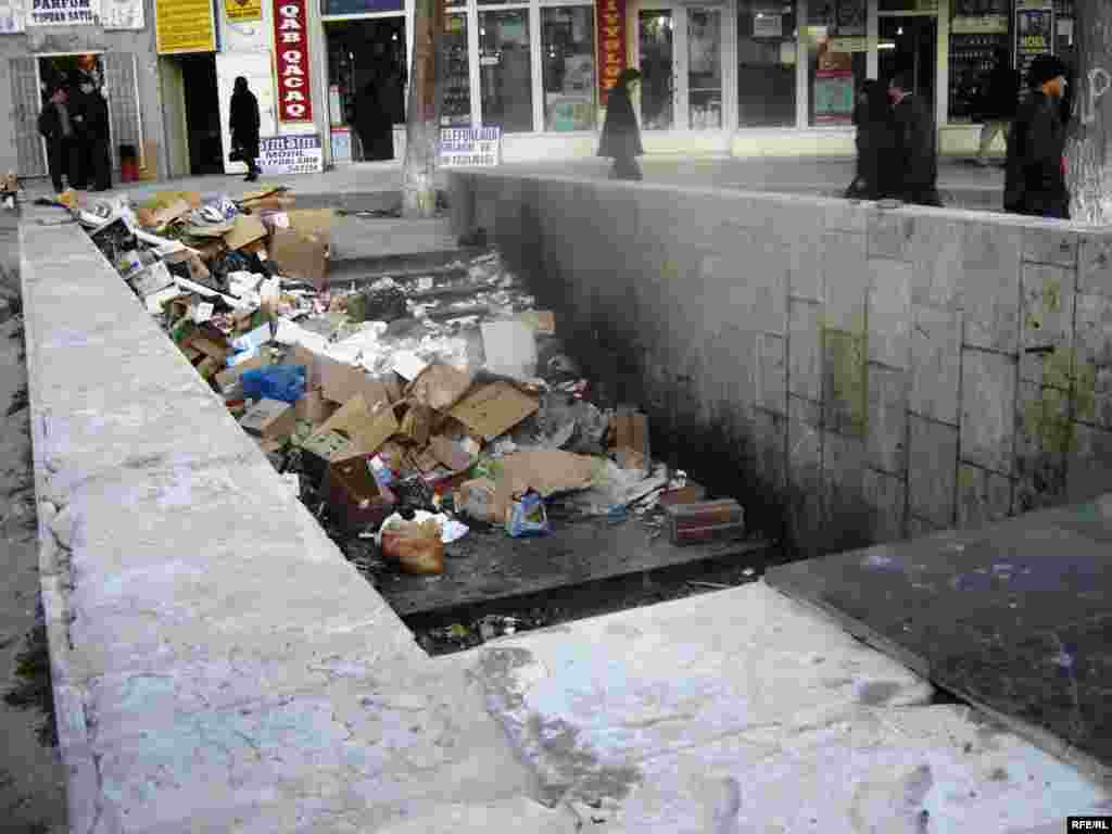 Vaxtilə ticarət mərkəzi olan «28 may» metro stansiyası yaxınlığındakı yeraltı keçid indi zibilxanadır