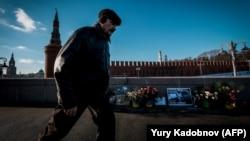 Мужчина проходит мимо так называемого народного мемориала Бориса Немцова на месте его убийства – Большом Москворецком мосту. Москва, 10 января 2018 года.