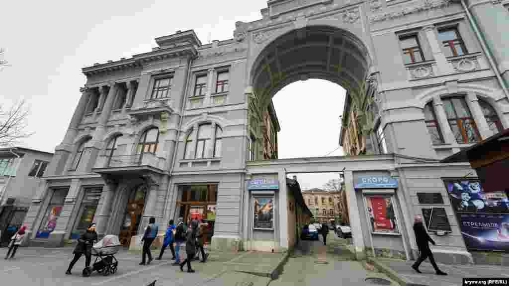 Российские власти Крыма рекомендовали закрыть все кинотеатры. Однако, по состоянию на 25 марта, кинотеатр имени Шевченко в крымской столице работал