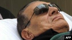 85-летний Хосни Мубарак во время слушаний по его делу