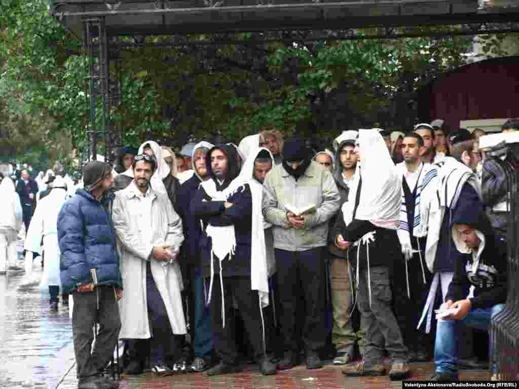 Хасиди ховаються від дощу та чекають своєї черги зайти до могили Цадика Нахмана і помолитися. До Умані цього року прибули 26 тисяч прочан з 24 країн світу.