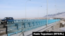 Су басқаннан соң қайта жасалған Қызылағаш ауылындағы көпір. Алматы облысы. (Көрнекі сурет).