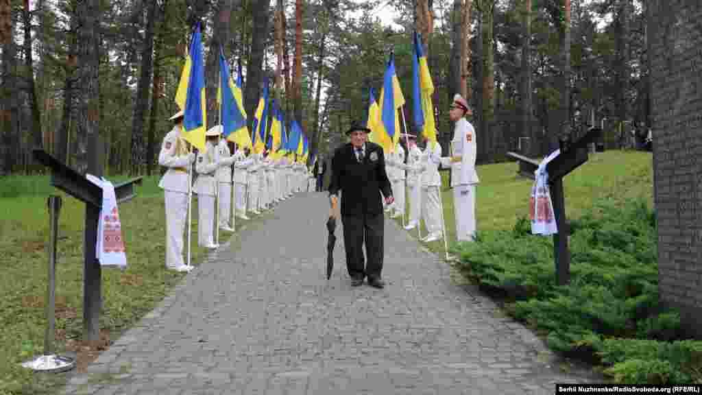 Ветераны, партизаны, участники УПА, бывшие политические заключенные и другие граждане идут почтить память жертв репрессий 1937-1941 годов
