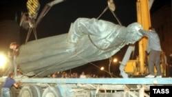 Під час демонтажу пам'ятника Феліксу Дзержинському в Москві, 23 серпня 1991 року