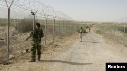 جنود عراقيون في حراسه احد قواطع الحدود مع سوريا