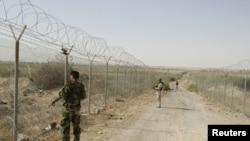 جنود عراقيون يراقبون الحدود مع سوريا