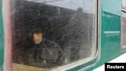 Тәжікстанға баратын пойызда отырған ер адам. Мәскеу, 7 қазан 2011 жыл. (Көрнекі сурет)