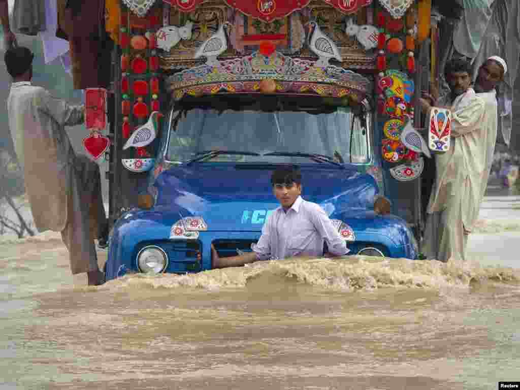 Затопленная дорога в Рисалпуре, 30 июля 2010