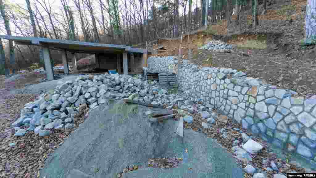 За парканами продовжують «вгризатися» в могабську землю заради ще одного об'єкта нерухомості