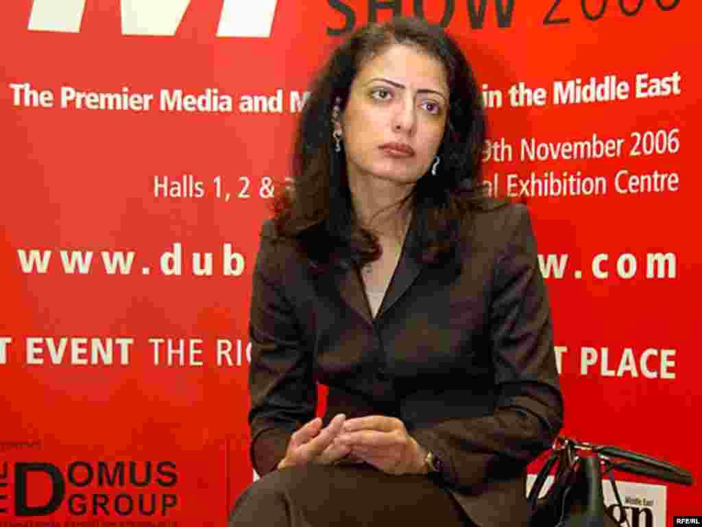 دکتر امينه الرستمانی مدير کل شهرک رسانه های دبی مي گويد در مطبوعات فارسی زبان، فقط آنهائی که از دولت ايران مجوز دارند مي توانند در زمينه سياسی فعاليت کنند و بقيه فقط اجازه کارهای تبلیغاتی و غير سياسی دارند