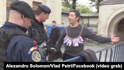 Alexandru Solomon protestînd împotriva vizitei Patriarhului Rusiei la București