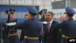 Presidents Obama and Klaus at Prague airport after the U.S. leader's arrival