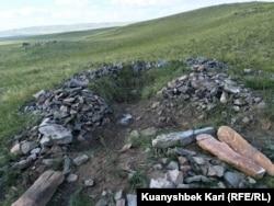 На месте раскрытого захоронения в Абайском районе Восточно-Казахстанской области. 17 августа 2016 года.