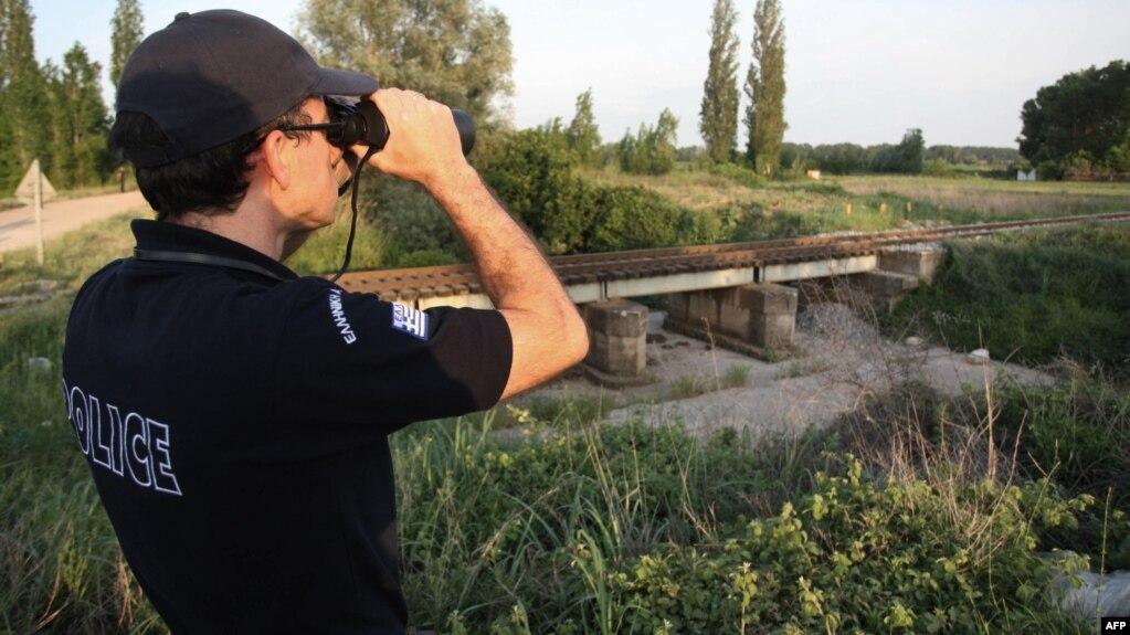 Un ofițer de poliție la frontiera cu Turcia